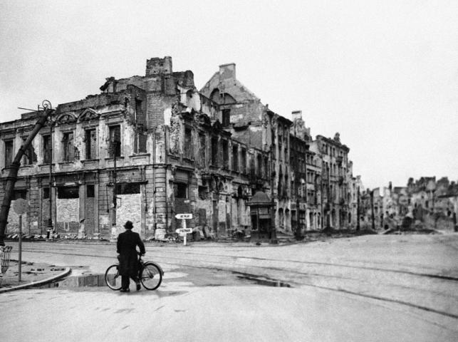 Po upadku Powstania Warszawskiego Niemcy przystąpili do metodycznego niszczenia lewobrzeżnej Warszawy. Wysadzano całe kwartały ulic, równano budynki z ziemią. Stacjonująca po prawej stronie Wisły Armia Czerwona aż do stycznia biernie przyglądała się temu barbarzyństwu