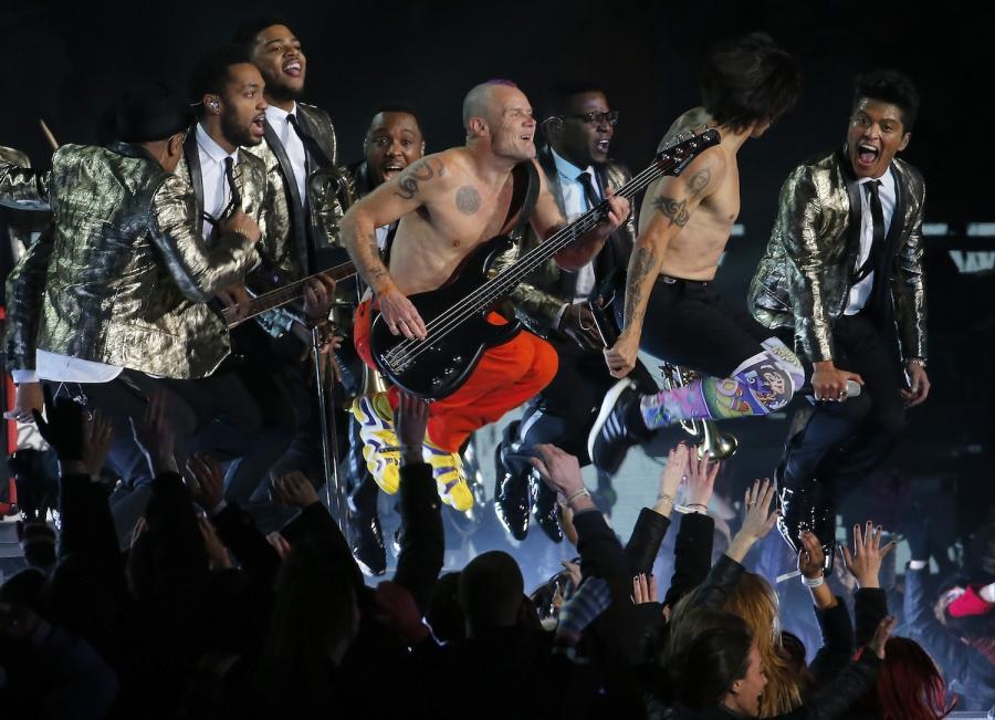 Red Hot Chili Peppers i Bruno Mars podczas występu na Super Bowl