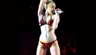 Miley Cyrus w bieliźnie na scenie (fot. justjared.com)