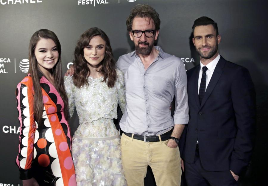 Hailee Steinfeld, Keira Knightley, reżyser John Carney i Adam Levine