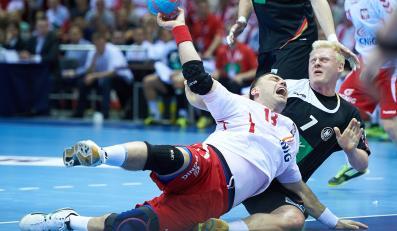 Polak Bartosz Jurecki (L) faulowany przez Niemca Patrick Wiencka (P) podczas meczu kwalifikacyjnego do mistrzostw świata piłkarzy ręcznych w Gdańsku
