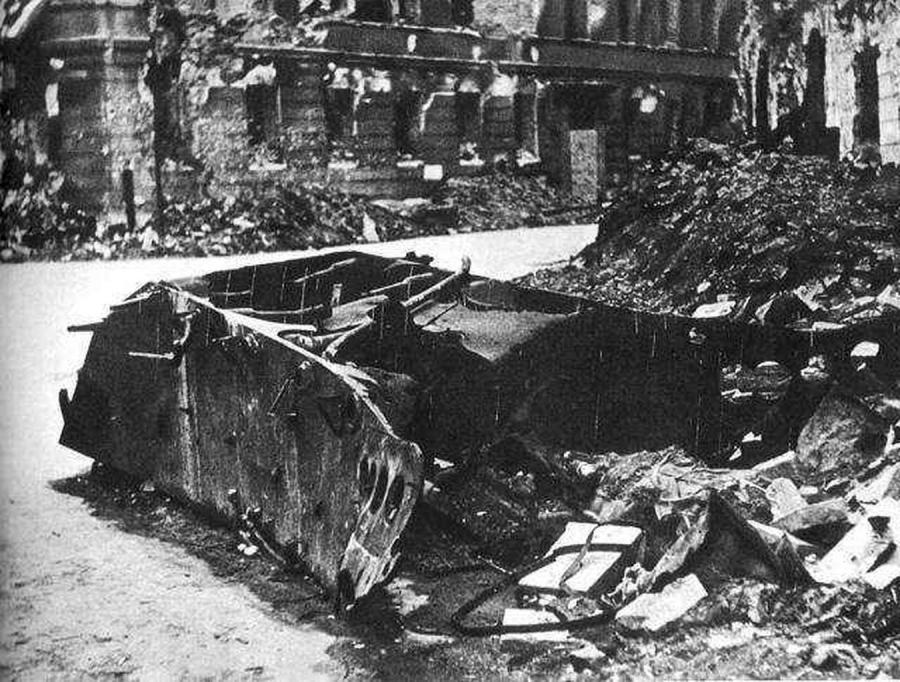 Wrak niemieckiego czołgu-pułapki przy ul. Kilińskiego w Warszawie