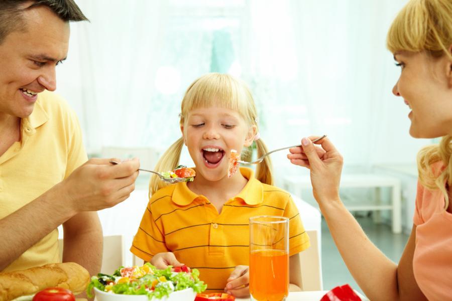Rodzice karmiący dziecko