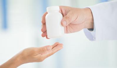 Lekarz podaje pacjentowi lekarstwo