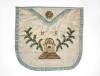 Fartuszek mistrzowski loży niemieckiej z białego jedwabiu, haftowany, ok. 1900, nr  inw. 207286 MNW