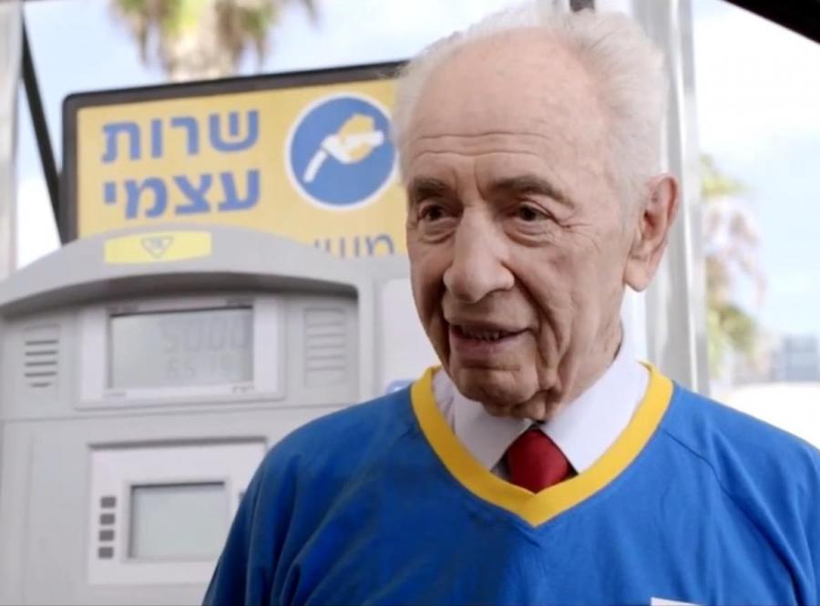 Szymon Peres na stacji benzynowej