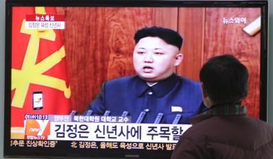 Mieszkaniec Korei Południowej ogląda Kim Dzong Una w telewizji