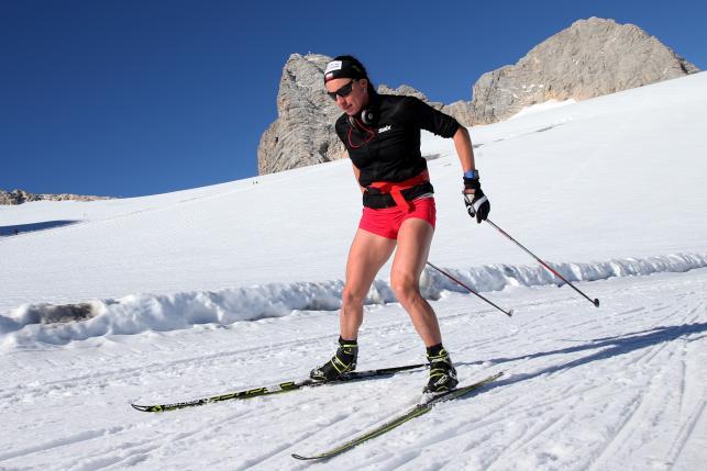 Justyna Kowalczyk trenuje na lodowcu w krótkich spodenkach. Bardzo krótkich spodenkach!