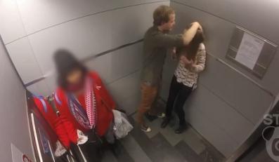 mężczyzna bije kobietę w windzie