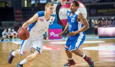 Koszykarz Polskiego Cukru Toruń Michał Jankowski (L) mija Dante Swansona (P) z AZS Koszalin