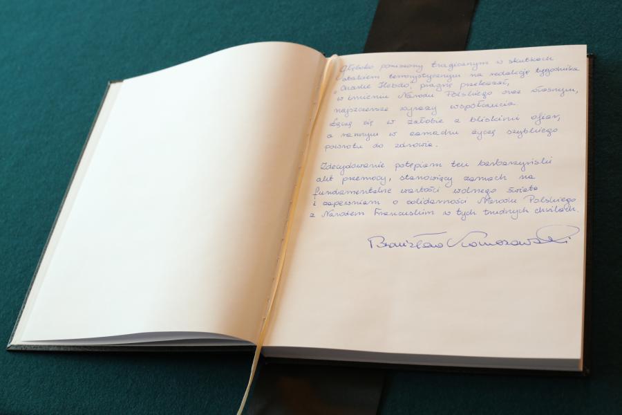 Wpis prezydenta Bronisława Komorowskiego do księgi kondolencyjnej. Świat w reakcji na zamach we Francji