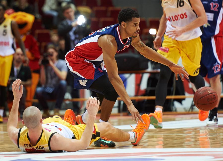 Koszykarz Trefla Sopot Michał Michalak (L) i Myles KcKay (P) z MKS Dąbrowa Górnicza