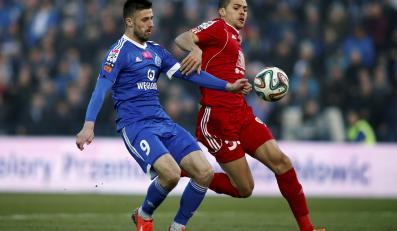 Zawodnik Ruchu Chorzów Grzegorz Kuświk (L) walczy o piłkę z Hebertem Silvą Santosem (P) z Piasta Gliwice podczas meczu polskiej Ekstraklasy