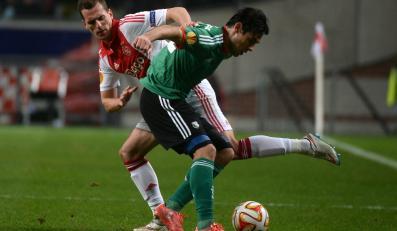 Ivica Vrdoljak (P) z Legii Warszawa w akcji przy piłce z Arkiem Milikiem (L) z AFC Ajax Amsterdam podczas meczu 1/16 finału Ligi Europejskiej