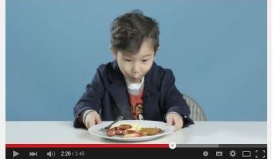 amerykański chłopiec je polskie śniadanie