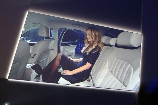 Nowa skoda superb i Adriana Karembeu słowacka modelka i aktorka, która znalazła się w Księdze Rekordów Guinnessa za sprawą najdłuższych nóg wśród topmodelek - 126 cm, przy 1,83 m wzrostu.