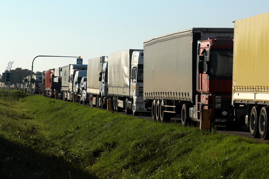 Kolejka tirów w okolicy przejścia granicznego w Dorohusku