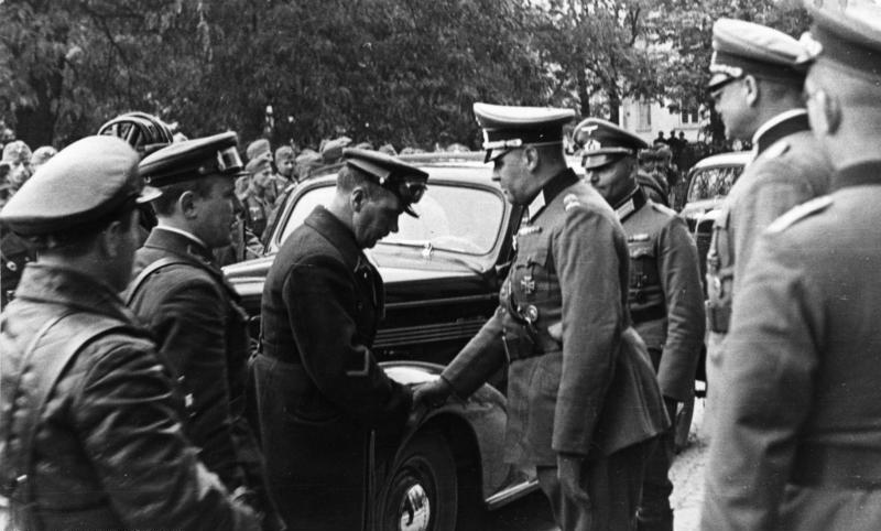 Uścisk dłoni oficerów Wehrmachtu i armii Czerwonej w Lublinie w 1939 roku, fot. Bundesarchiv, Licencja CC BY-SA 3.0