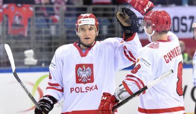 Radość strzelca bramki dla Polski, Bartłomieja Pociechy (L) i Arona Chmielewskiego (P), podczas meczu z Kazachstanem na hokejowych mistrzostwach świata dywizji 1A w Krakowie