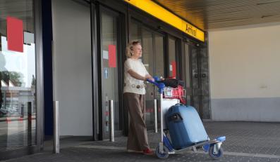 Kobieta z bagażami na lotnisku