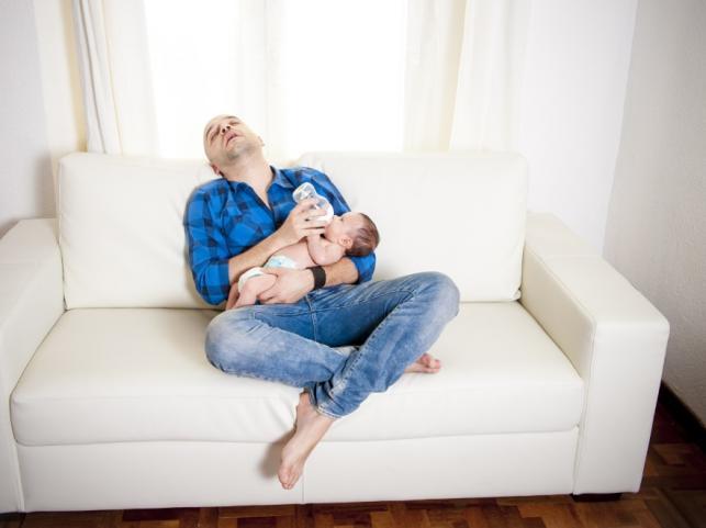 Ojciec karmiący niemowlę
