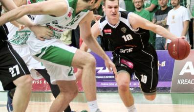 Zawodnik Stelmetu Zielona Góra Jure Lalic (C) blokuje Nemanję Jaramaza (P) z PGE Turów Zgorzelec podczas 6. meczu finałowego Ekstraklasy koszykarzy
