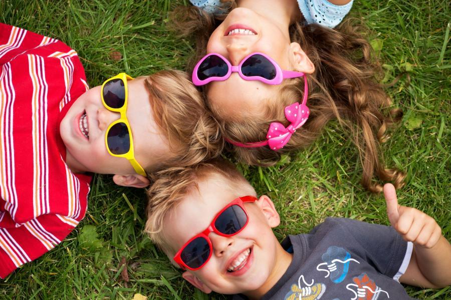 Dzieci w okularach słonecznych