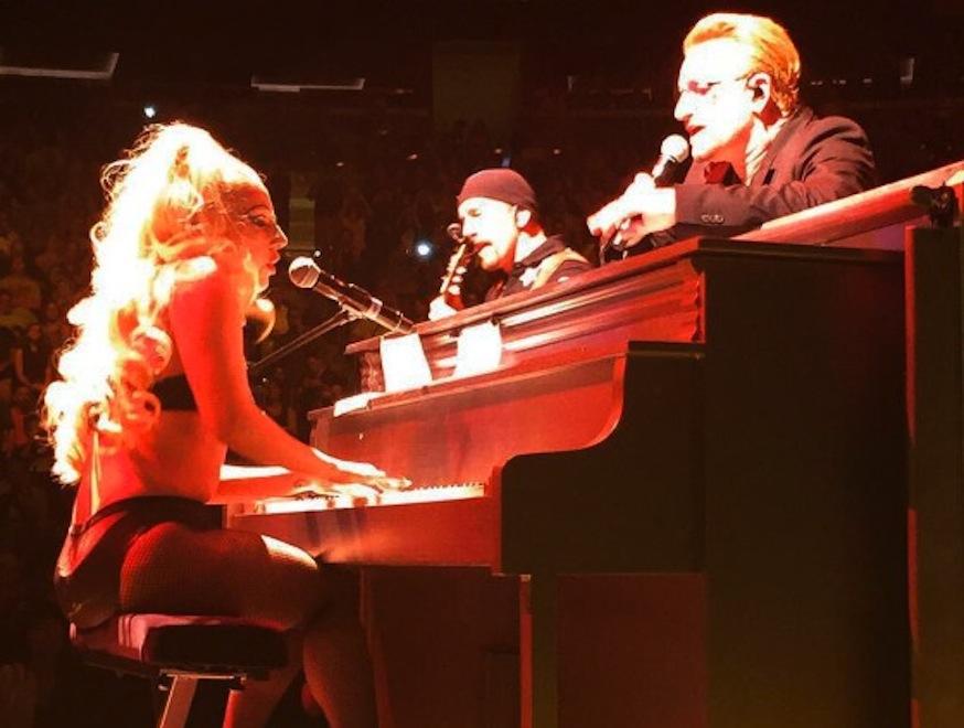 Lady GaGa w samej bieliźnie na scenie z U2