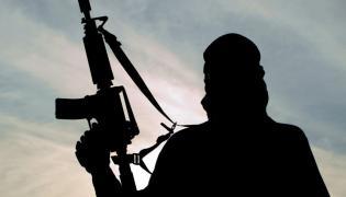 Terrorysta z karabinem - zdjęcie ilustrcyjne