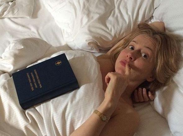 Katarzyna Warnke pozuje  z Biblią
