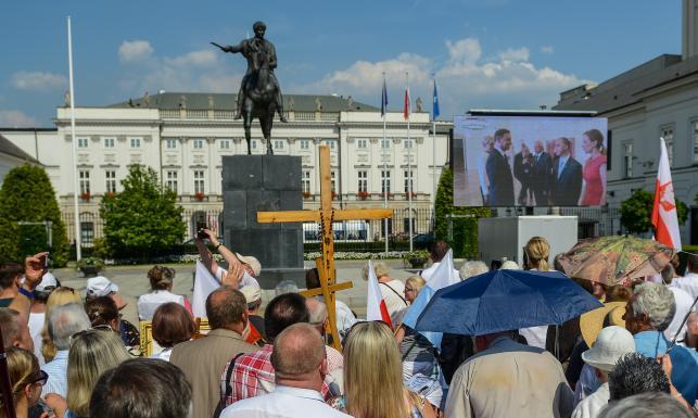 Tłumy przed Pałacem Prezydenckim. Każdy chciał uścisnąć rękę Andrzeja Dudy [ZDJĘCIA]