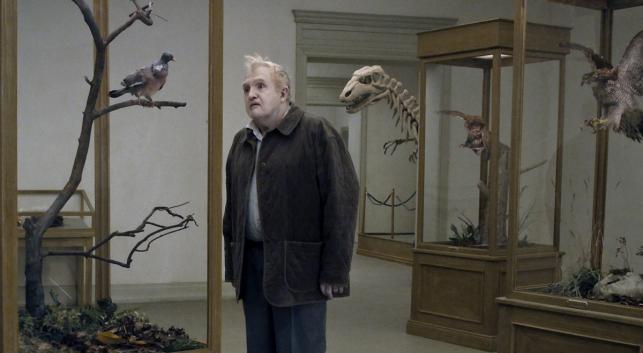 """""""Gołąb przysiadł na gałęzi i rozmyśla o istnieniu"""" (reżyseria: Roy Andersson)"""