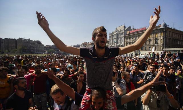Setki imigrantów w Budapeszcie. Wszyscy chcą do Niemiec... Krzyczą: Wolność! Angela Merkel! ZDJĘCIA