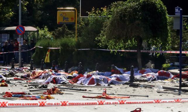 Ciała przykryte kocami, gazetami... Miejsce krwawego zamachu w stolicy Turcji [ZDJĘCIA]