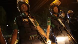 Bangladesz, Dhaka. Policja zabezpiecza ulicę w czasie egzekucji dwóch opozycjonistów skazanych na śmierć za zbrodnie wojenne