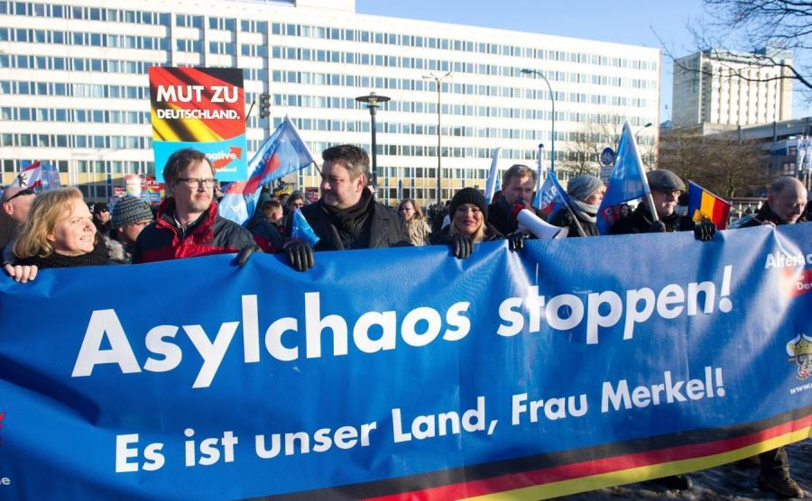 Demonstracja Alternatywy dla Niemiec przeciwko polityce azylowej rządu Angeli Merkel