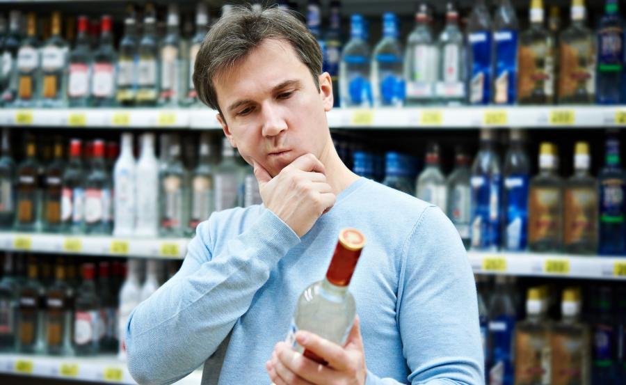 Mężczyzna na stoisku alkoholowym