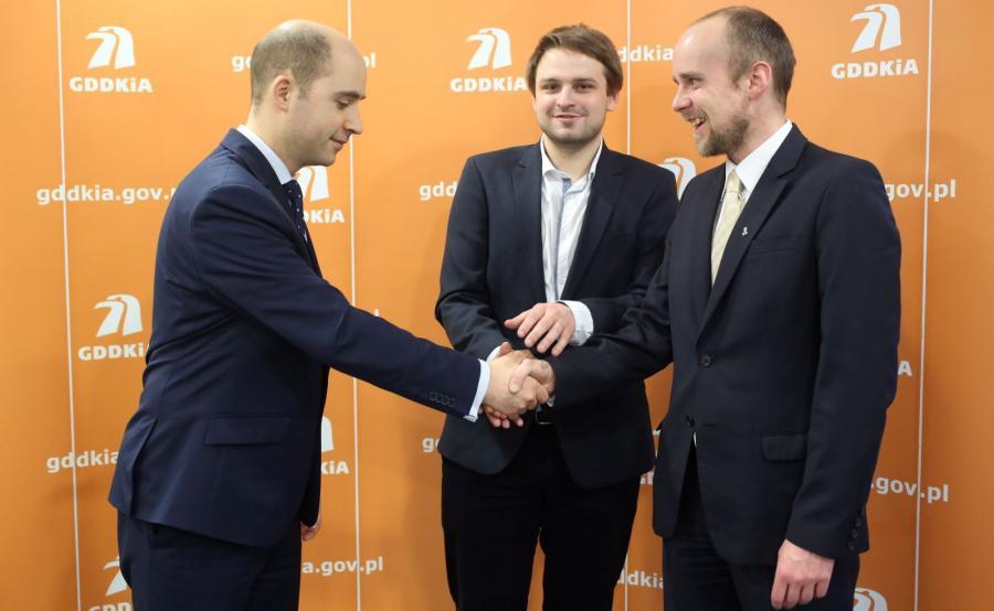 Grzegorz Piątkowski (P) - prezes Fundacji Prudentia et Progressus, Bartłomiej Orzeł (C) z fundacji i Jan Krynicki, rzecznik GDDKiA (L)