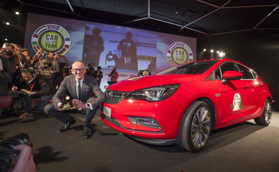 Nagrodę z rąk przewodniczącego jury konkursu Hakana Matsona odebrał dyrektor generalny firmy Opel Karl-Thomas Neumann