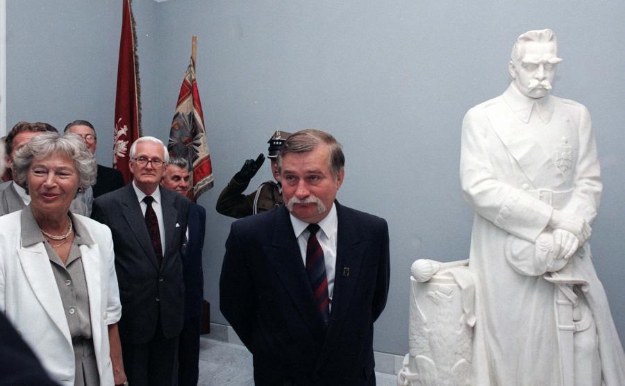 Córka marszałka Jadwiga Piłsudska-Jaraczewska i prezydent Lech Wałęsa podczas otwarcia wystawy marszałka Józefa Piłsudskiego w Belwederze