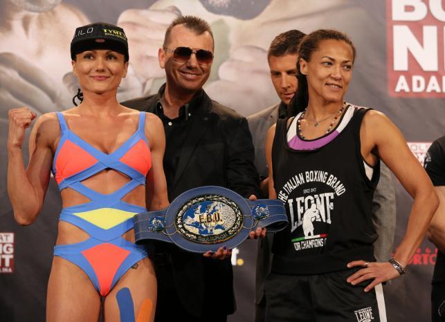 Ewa Brodnicka (L) i Włoszka Anita Torti (P), podczas oficjalnego ważenia
