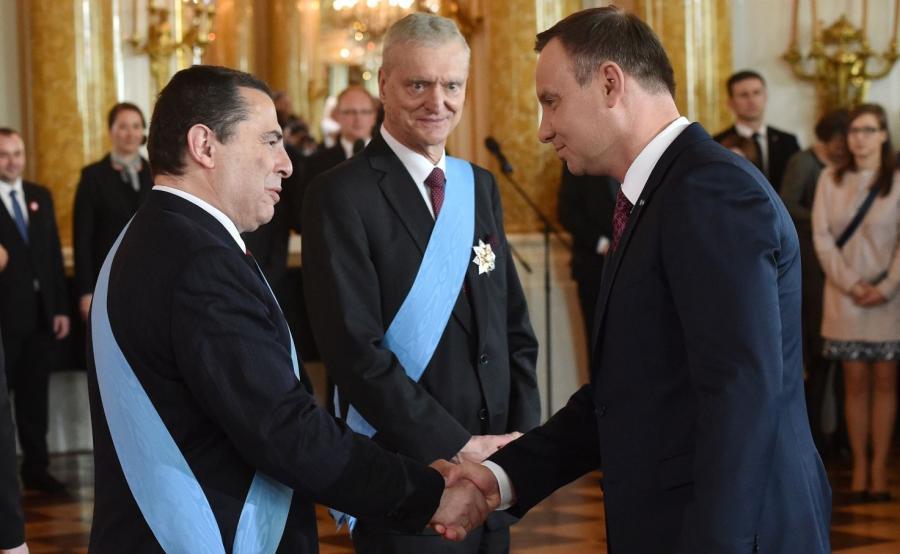 Prezydent Andrzej Duda (P) odznaczył Orderem Orła Białego publicystę, dziennikarza, pisarza Bronisława Wildsteina (L) i naukowca, byłego prezesa Polskiej Akademii Nauk Michała Kleibera