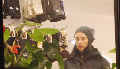 Kasia Kowalska kupuje ciepłe skarpety