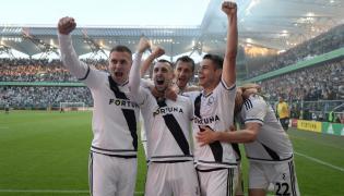Zawodnicy Legii cieszą się z bramki Kaspera Hamalainena, podczas meczu grupy mistrzowskiej w ostatniej kolejce Ekstraklasy piłkarzy przeciwko Pogoni Szczecin