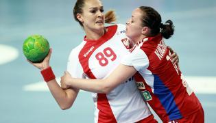 Kinga Achruk (L) i Yuliya Kucerova (P) ze Słowacji podczas meczu eliminacji do mistrzostw Europy w piłce ręcznej kobiet