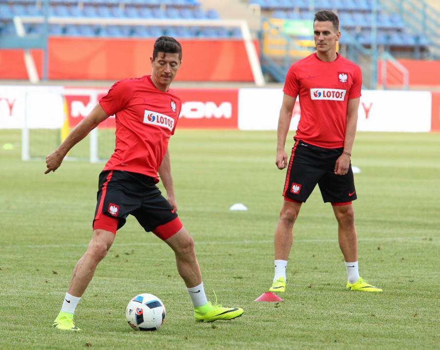 Robert Lewandowski (L) i Arkadiusz Milik (P) podczas treningu na stadionie Wisły w Krakowie