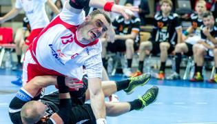 Bartosz Jurecki (wyżej) i Holender Leon Van Schie podczas meczu eliminacyjnego do mistrzostw świata piłkarzy ręcznych w Katowicach