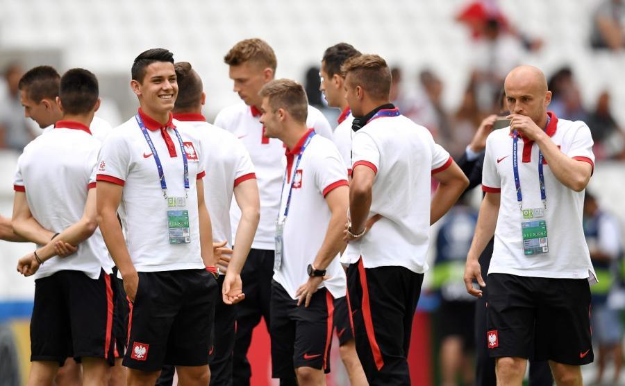 Polscy piłkarze Mariusz Stępiński (L) i Michał Pazdan (P) na Stade Velodrome w Marsylii