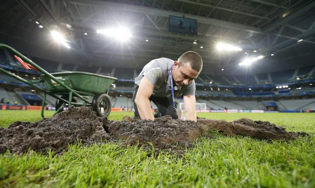 Murawa na stadionie w Lille wymieniona. W niedzielę zagrają na niej Niemcy ze Słowakami. ZDJĘCIA