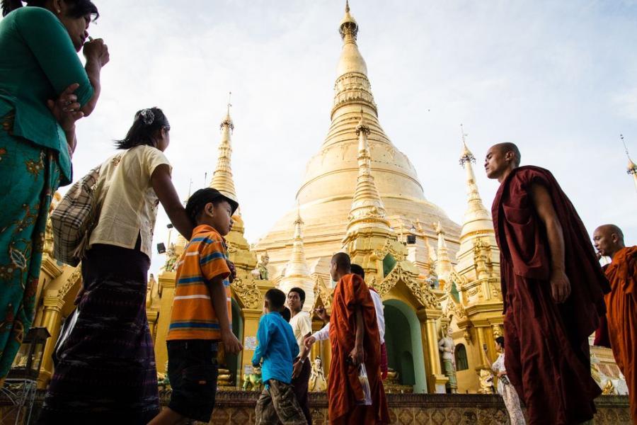 """Shwedagon w Yangon, Birma; fot. T. Bogusz / """"Pirania na kolację"""""""